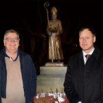 Paul Neumair (links) und Michael Burger vor der neuen Nikolaus-Skulptur amDorfbrunnen in Issing.
